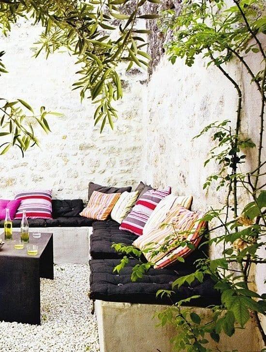 moderne garten terrasse gestalten mit beton sitzecke und steinmauern