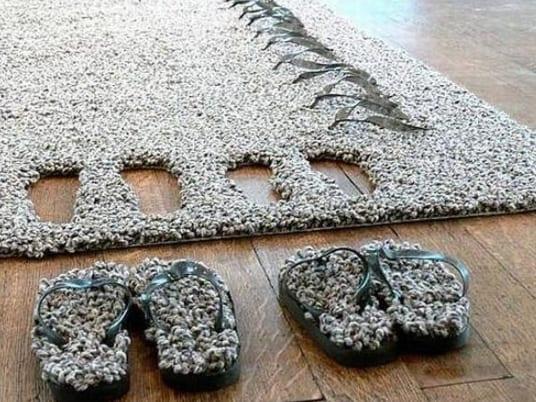 moderner teppich grau mit hausschuhen