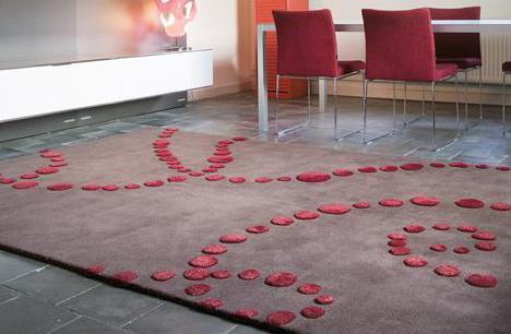 luxus esszimmer mit natursteinboden und teppich braun- esszimmerstühle rot