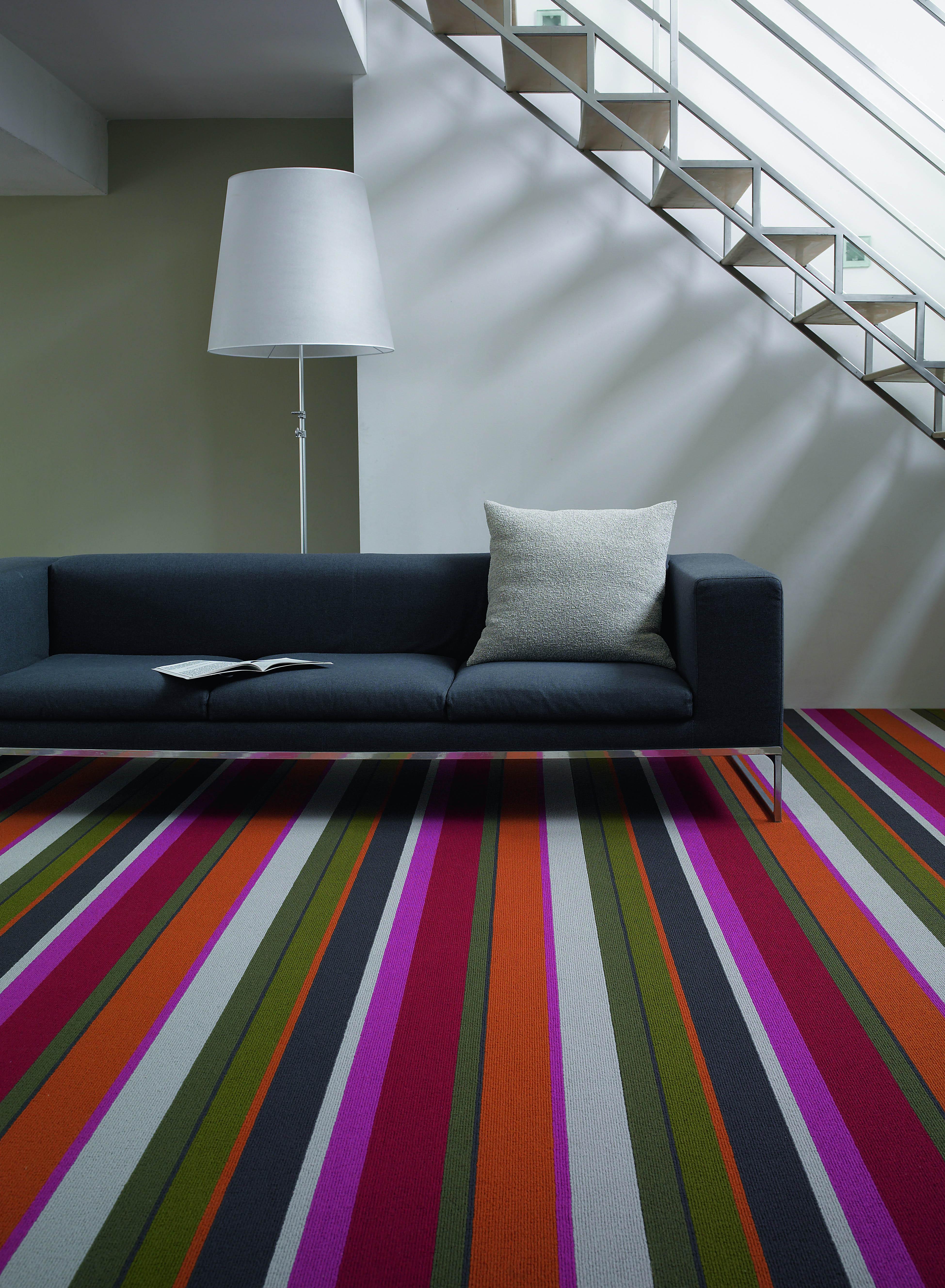 luxus wohnzimmer gestaltung mit sofa grau und buntem teppich mit streifenmuster