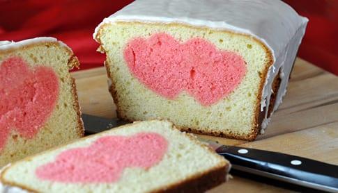 leckeres valentinstag kuchen mit herzmotiv und glasur