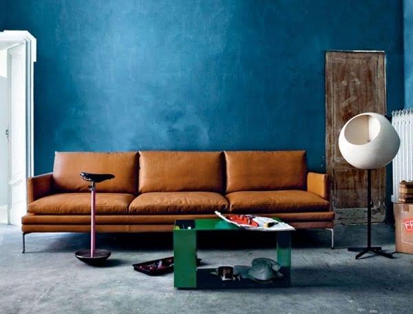minimalistische wohnzimmer inspirationen mit blauen wänden und sofa braun
