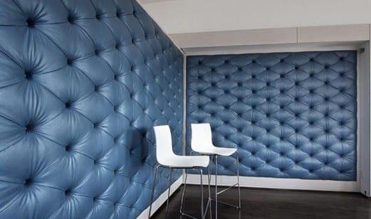 zimmergestaltung mit polster wandverkleidung aus leder blau