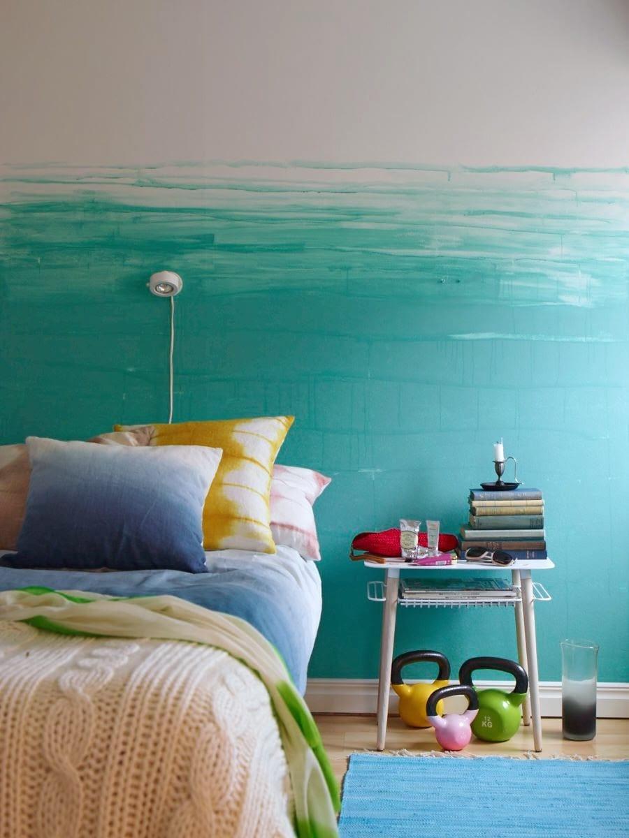 schlafzimmer inspiration mit blauer wand und teppich blau