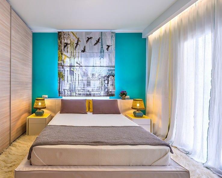 kleine schlafzimmer interior mit wand blau und und fensterdekoration mit coolem bild