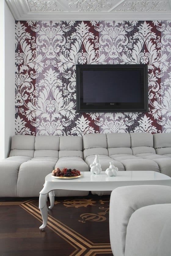 luxus wohnzimmer inspirationen mit holzboden und braunen tapeten mit barokmotoven- polstermöbelstück hellgrau