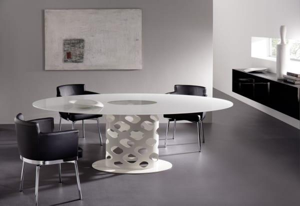 schwarze esszimmerstühlen aus leder mit metallbeinen kombiniert mit weißem rundtisch