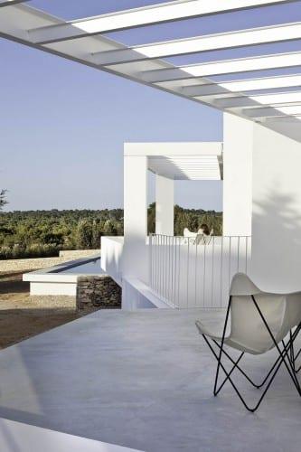 terrasse ideen mit poliertem betonboden und pergolen