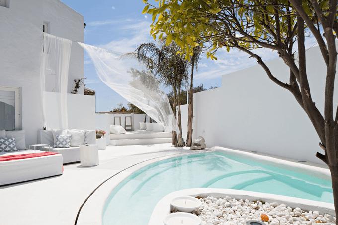 minimalistische terrassengarten weiß mit steingarten und weiße gardienen dekorationsvorschlag