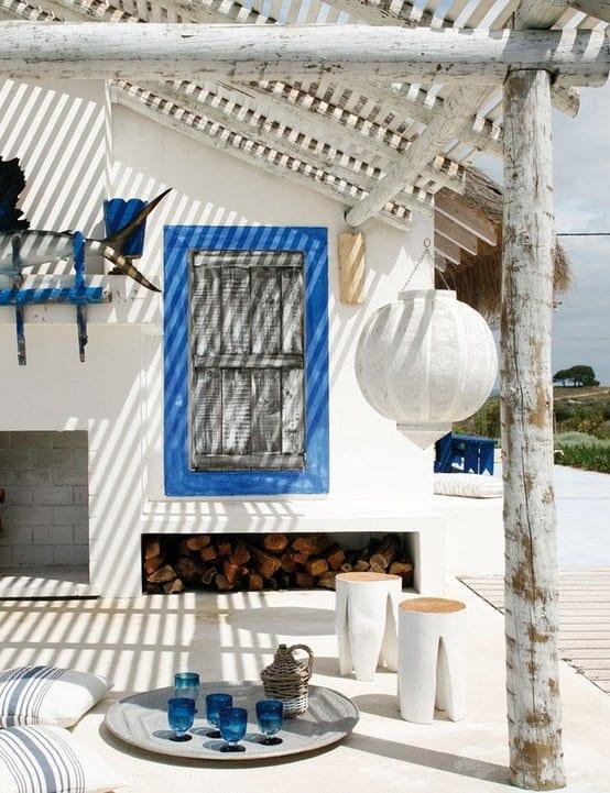 rustikale terrasse in weiß und blau gestalten mit terrassendach holz für beschattung terrasse und holzhockern