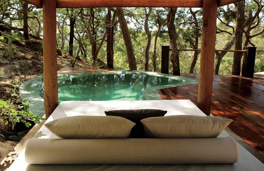 holzterrasse gestalten mit terrassendiele holz und pool
