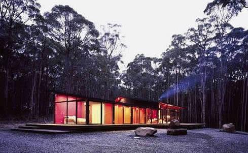 minimalistisches haus mit steingarten