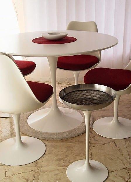 naturstein bodenbelag mit Esszimmertisch rund und weißem Esszimmerstühlen