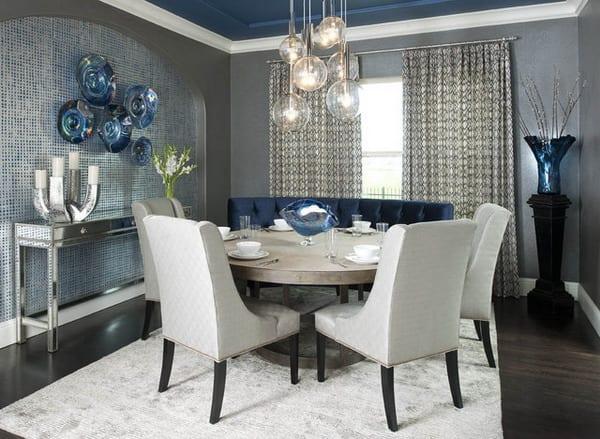 wohnzimmer inspiration mit wandfarbe grau und decke blau_sideboard silber dekorieren