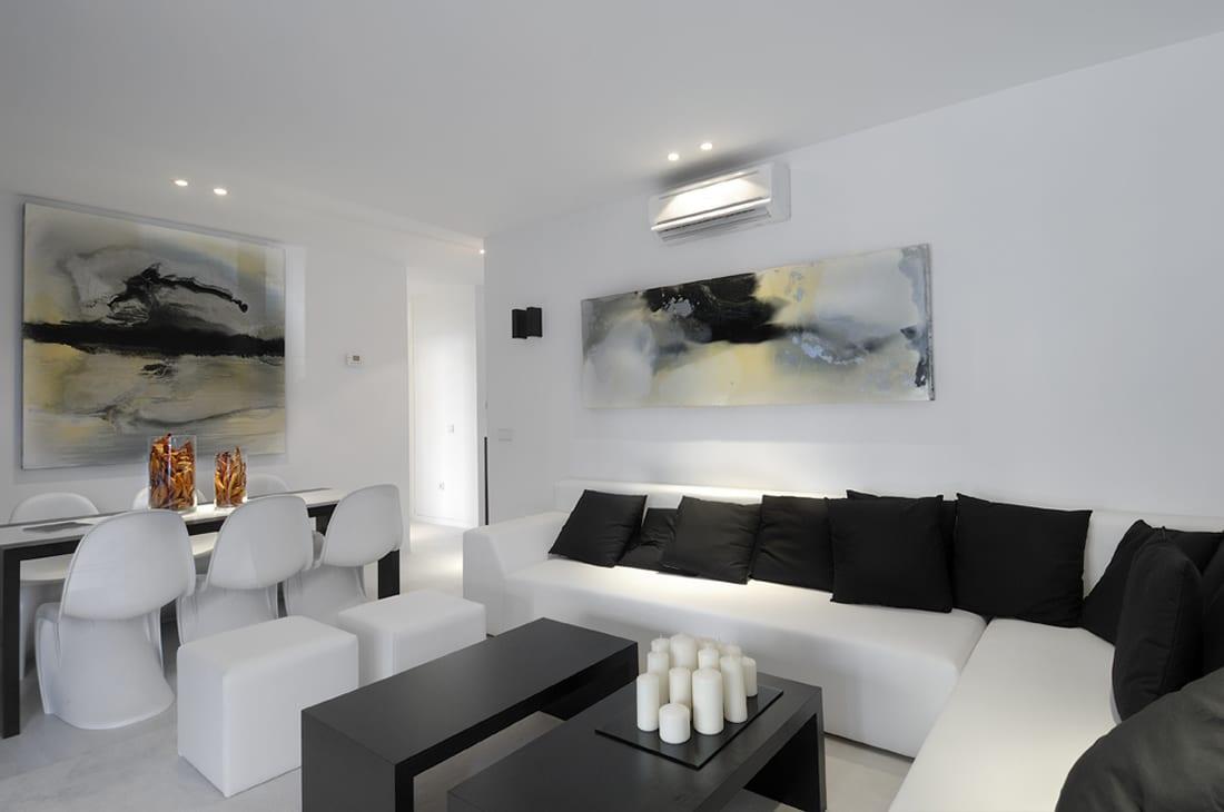 schwarz weiße wohnzimmer inspirationen mit coolen bildern und modernem ecksofa weiß mit schwarzen kissen