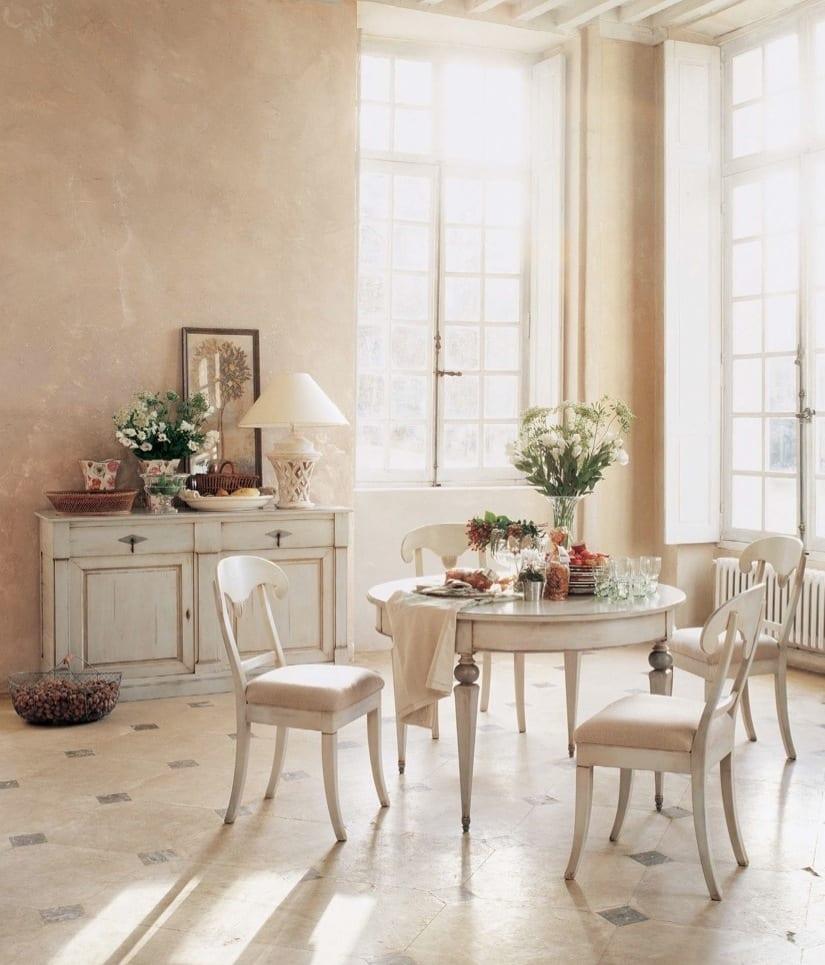 wandfarbe apricot und rustikaler esstisch rund und sideboard in weiß_vintage sideboard weiß dekorieren