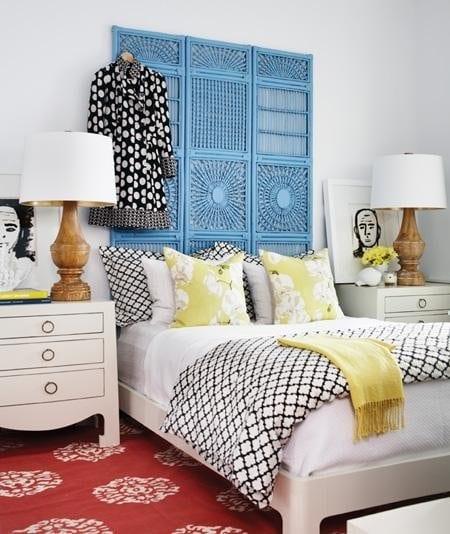 schlafzimmer inspirationen für DIY kopfbrett blau aus wandschirm_weißes bett mit bettdecke gelb und bettwäsche schwarz weiß