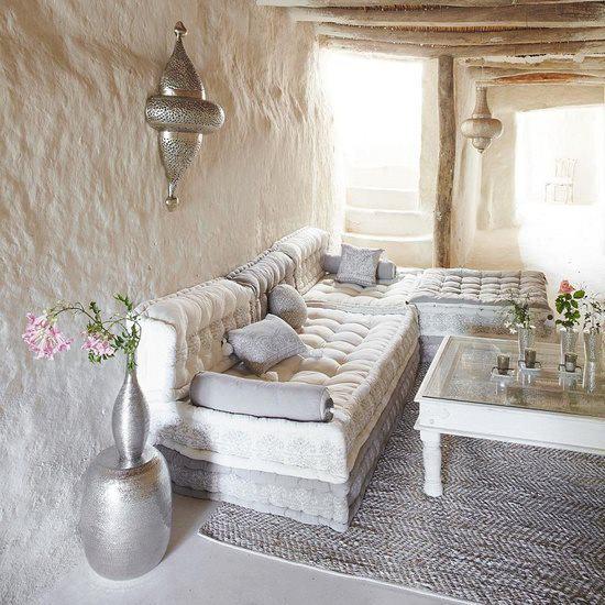 mein wohnzimmer hazienda mit Sitzecke wohnzimmer aus weißen Polsterkissen und silbernen lampen