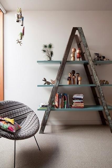 mein wohnzimmer mit rustikalem Bücherregal aus altem Holzleiter mit blauen Platten