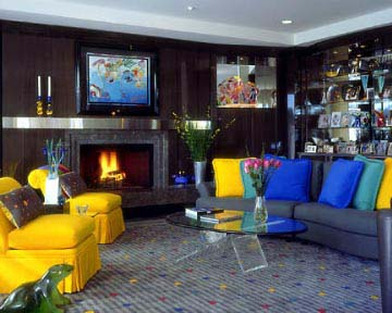 wohnzimmer gestaltung mit kamin- sofa grau mit blauen kissen dekorieren
