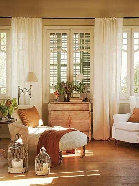 stylisches wohnzimmer mit liegesofa und rustikalen laternen