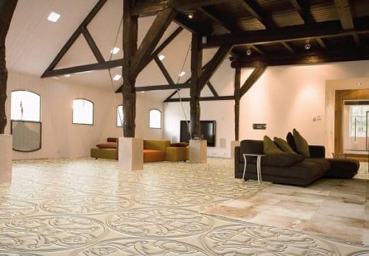 loft wohnung mit sichtbarer Holzkonstruktion und fußbodenbelag beige mit 3D textur