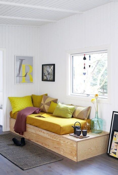 mein wohnzimmer beispiele in weiß mit holzsitzecke und Akzente in gelb