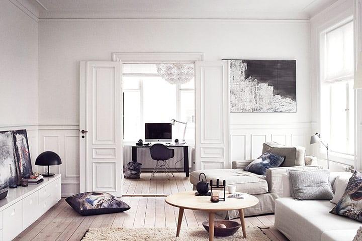 modernes wohnzimmer weiß mit holzboden und weißen innentüren