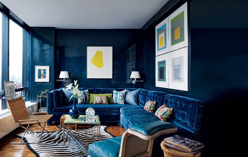 kleines wohnzimmer gestalten mit wandfarbe dunkelblau und ecksofa blau aus samt-fensterrahmen blau