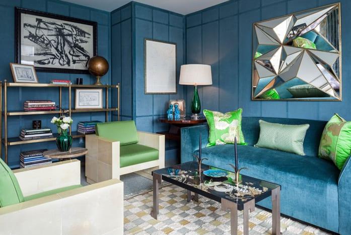 wandmuster streichen in blau-sofa blau und sessel mit grünen polsterkissen-wandgestaltung mit glas