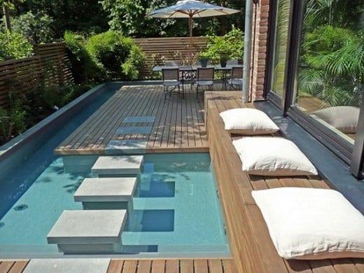 terrassendielen wpc für holzterrassen mit pool und sitzbank mit weißen kissen