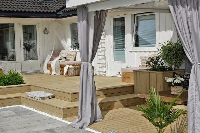 moderne terrasse gestalten mit pergola weiß und lila gardinen