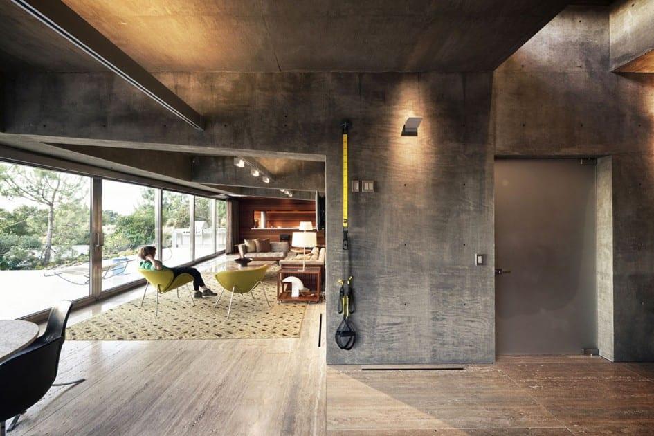 modernes haus aus beton mit holzboden und sichtbeton