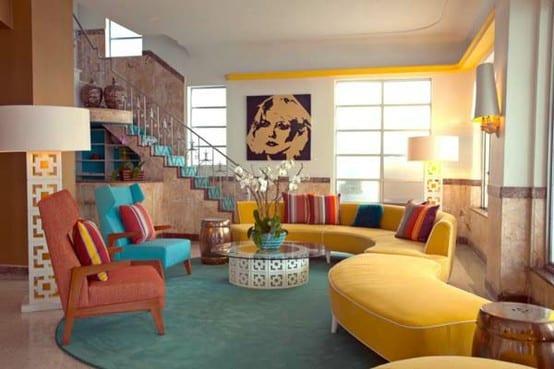 modernes wohnzimmer mit rundem traumteppich blau und modernen sesseln blau und rot-wandfarbe braun-treppeläufer blau-sofa gelb