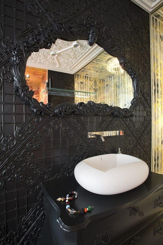 luxus badezimmer interior mit schwarzen barock fliesen und badezimmer spiegelrahmen im barock-waschtisch barock mit modernem waschbecken weiß