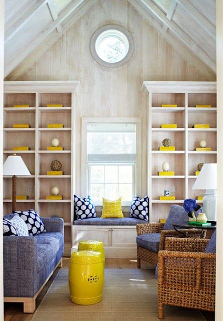 kleine wohnzimmer gestalten mit sofas in blau und holzwandregalen mit deko in gelb-wohnzimmer dachschräge und fensterbank dekorieren