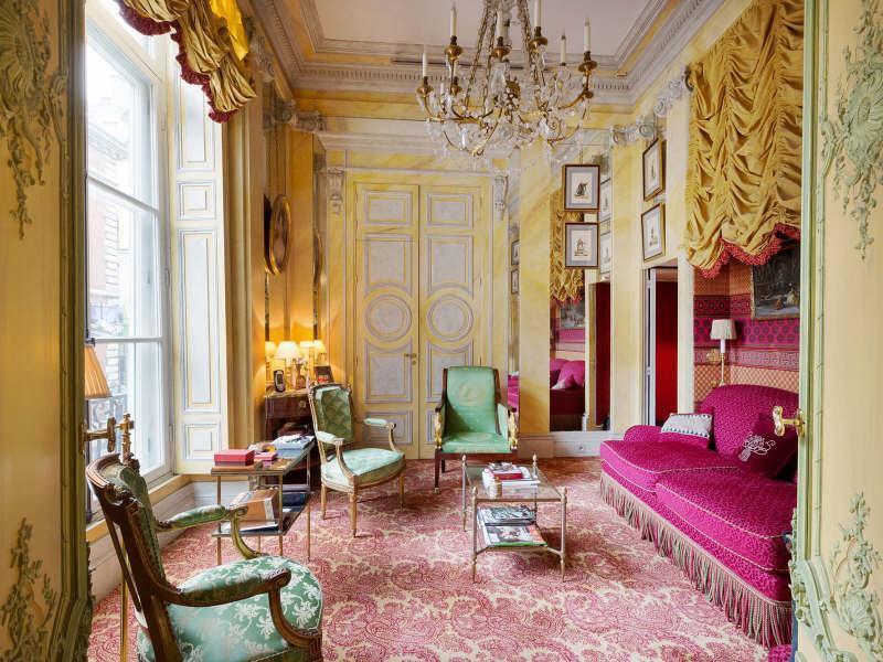 wohnzimmer inspirationen im barock mit farbgestaltung in gelb und pink-wandfarbe gelb mit wandornamenten in grün