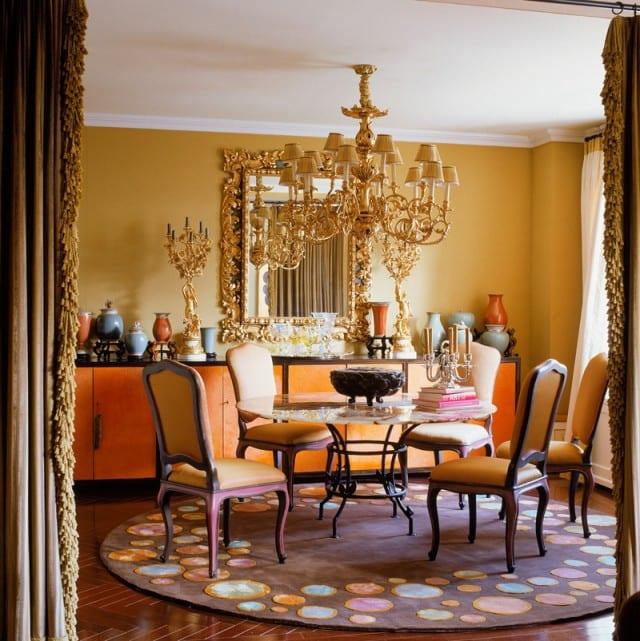 esszimmer mit wandfarbe gelb und barockstühle-runder teppich braun-sideboard orange dekorieren
