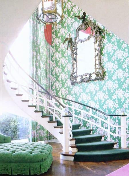 wohnideen flur mit grünen tapeten und polsterhockern in grün-innentrepe mit treppenläufer grün