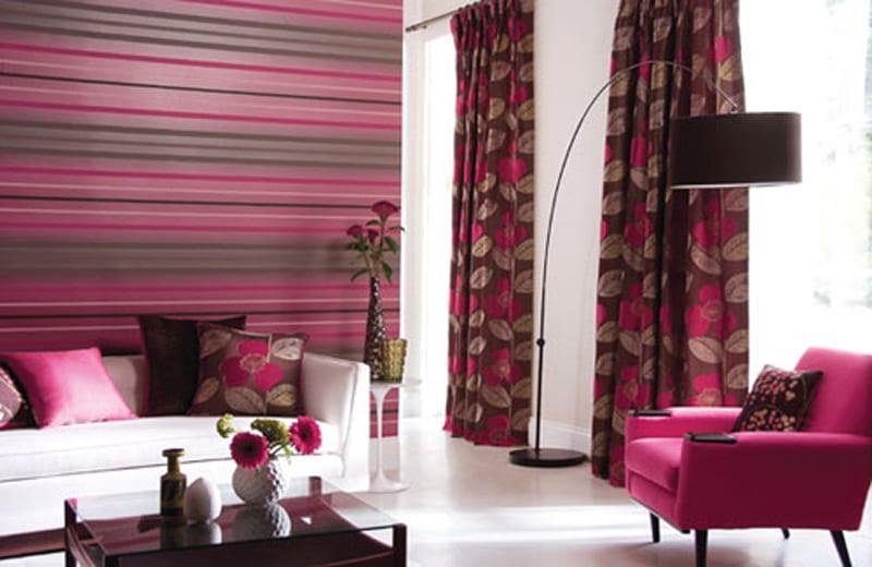 modernes wohnzimmer interior mit tapete in grau und violett streifen-elegante sofa weiß und sessel violett mit stehlampe schwarz