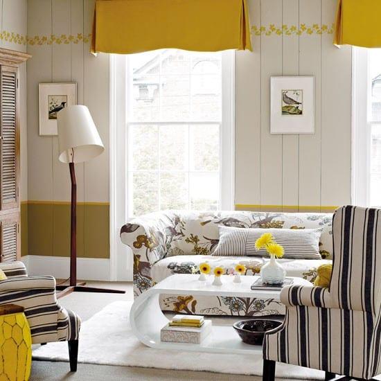 modernes wohnzimmer gestaltung mit wandverkleidung aus holz in weiß und grün-fensterdekoration gelb-modernes sofa mit motiven und traumteppich weiß mit moderner couchtisch weiß lack