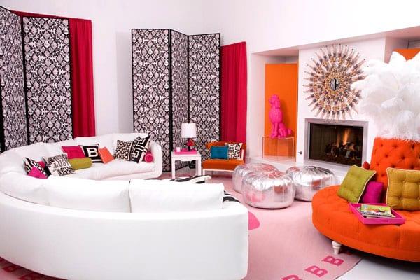 modernes interior mit wandschirmen schwarz weiß und gardinen rot-halbrunde ledersofa weiß-polsterhocker silber-teppich pink