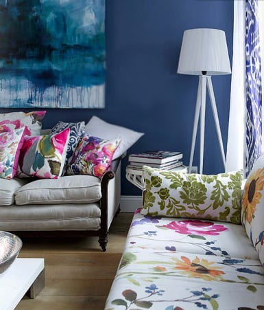 wohnzimmer farbgestaltung mit blauer wand und weißen sofas mit blumenmuster-moderne stehlampe weiß-holzboden und gardinen blau