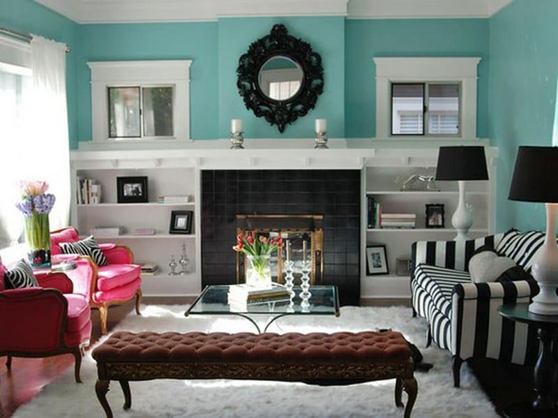 blaue wandfarbe mit wohnwand weiß und kamin schwarz-traumteppich weiß mit couchtisch glas-sofa schwarz weiß und sessel zyklamfarbe