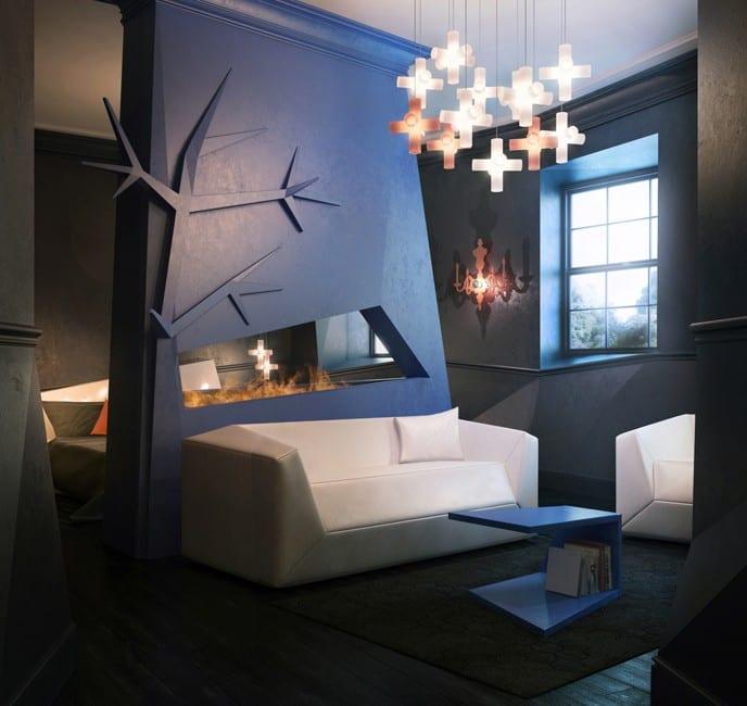 moderne Zweiraumwohnung mit asymmetrischen Wänden-Wandfarbe blau-holzbodenbelag schwarz mit teppich schwarz-moderner kamin aus glas