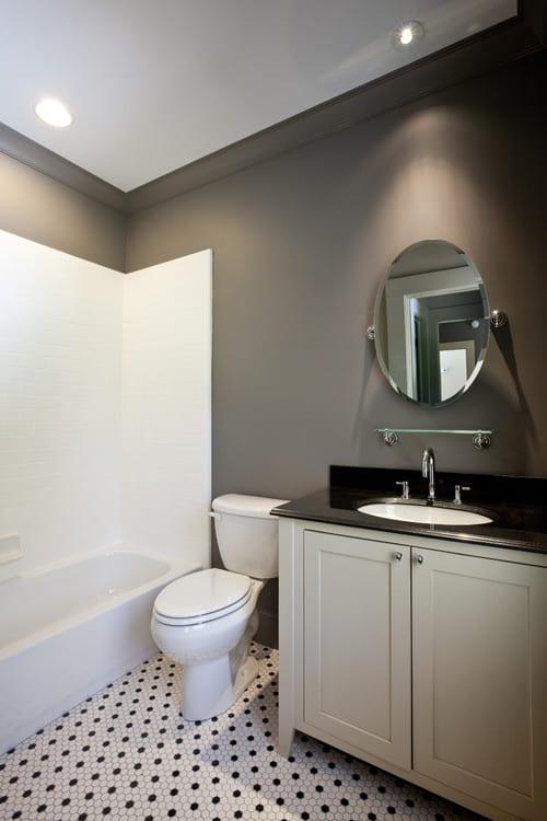 luxus badezimmer grau mit wandfarbe grau und mosaikboden in weiß und schwarz