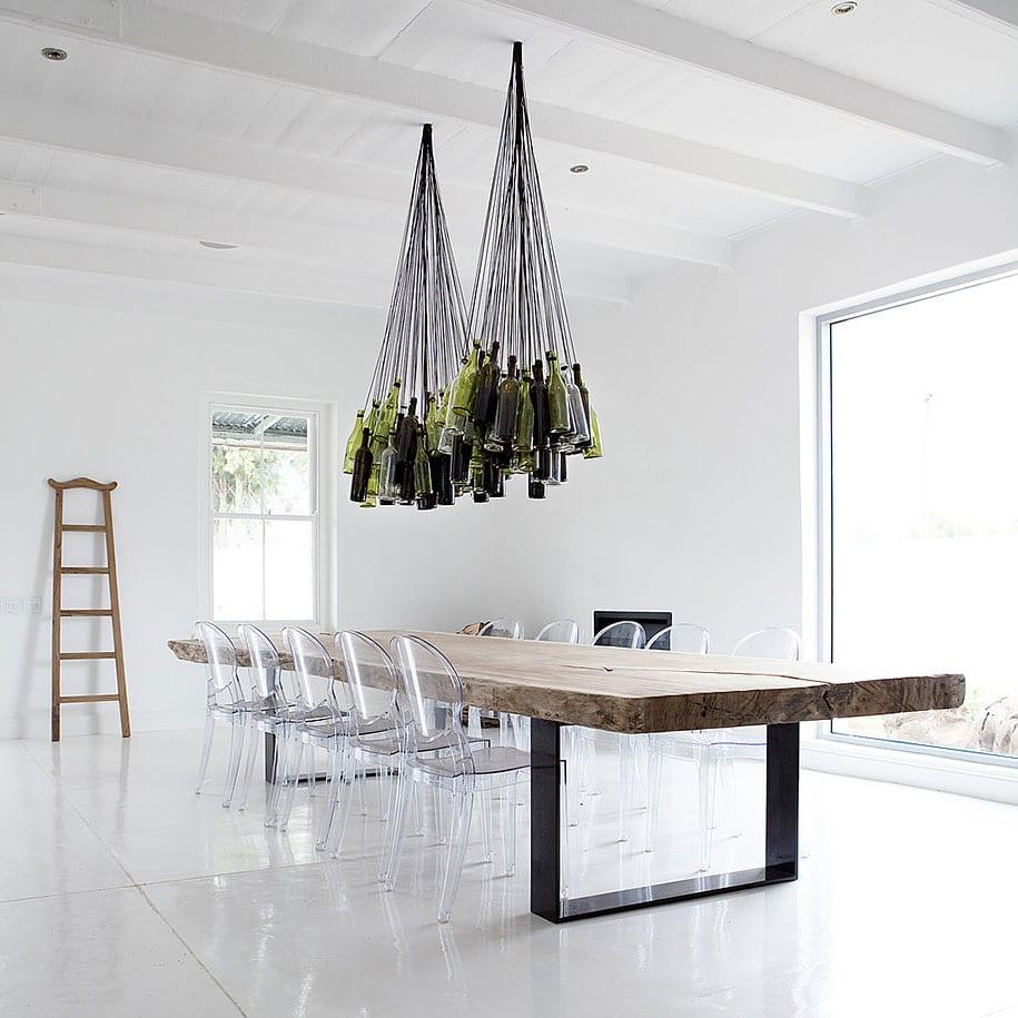modernes wohnzimmer weiß mit rustikalem Esstisch massiv und esszimmerstühlen aus acrylglas