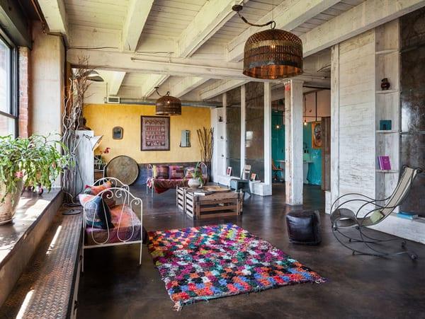 wohnzimmer inspirationen mit sichtbaren holzbalken weiß und betonboden mit wachs oberfläche