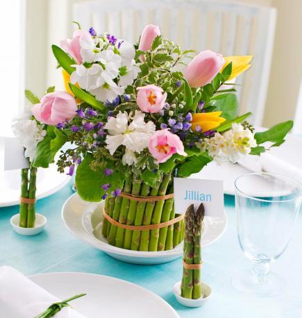 Tisch eindecken idee mit spargel und Frühlingsblumen