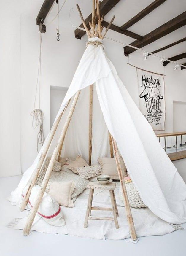 interior design kinderzimmer in weiß mit sichtbaren holzbalken als deckengestaltung